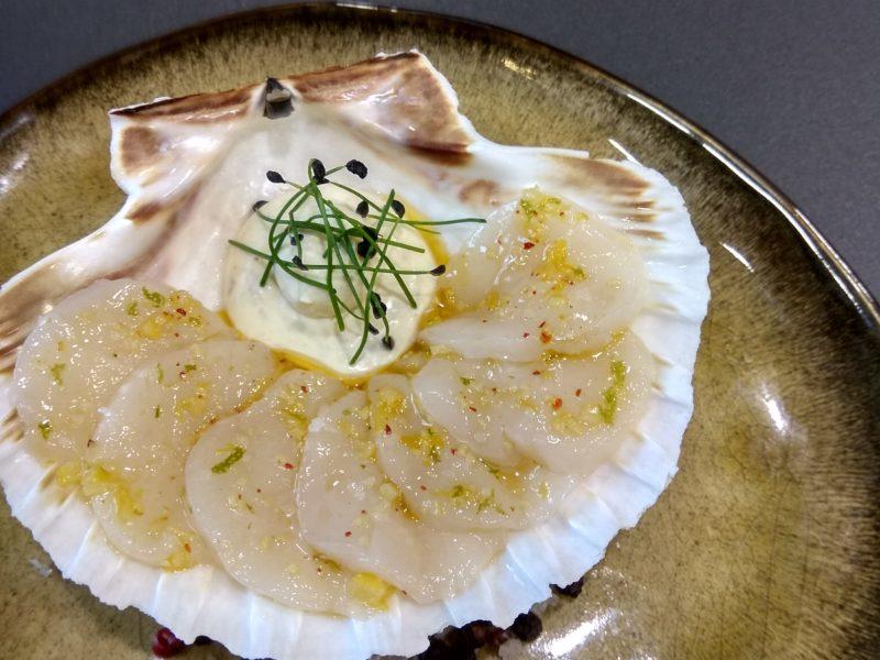 Fines lames de Saint-Jacques marinées, crème anchois/curry